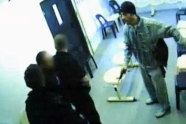 Redoine Faïd, armé, face à 3 surveillants de la prison de Sequedin.
