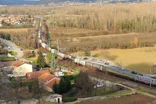 Gard - le train d'essai est formé d'un convoi de 820 mètres (composé de deux trains de 410 mètres) jumelé à un train de 620 mètres en queue. Soit 1490 mètres de long pour 4.100 tonnes.- 18 janvier 2014.