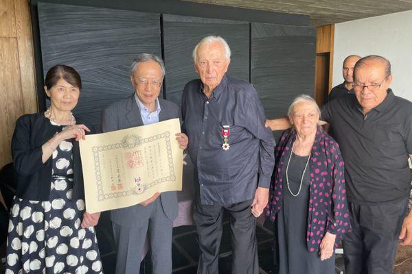 Sète (Hérault) - Pierre Soulages a reçu des mains de l'ambassadeur du Japon en France, l'Ordre du Soleil Levant, Rayons d'or avec rosette, pour sa contribution aux échanges artistiques entre les deux pays. C'est la plus haute distinction décernée par l'empereur du Japon - juillet 2021.