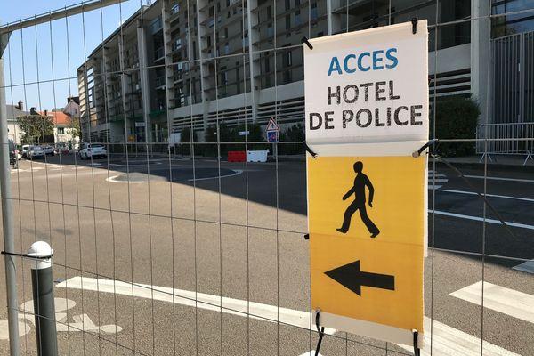 Le public ne peut plus longer le bâtiment du commissariat central de Nantes. On craint d'éventuelles chutes d'éléments de la façade.