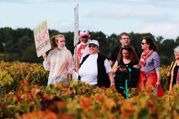Marche blanche contre les pesticides dans les vignes, le 8 octobre 2017  à Listrac-Medoc en Gironde. Manifestation organisée notamment par Marie Lys Bibeyran du Collectif Info Medoc Pesticides.