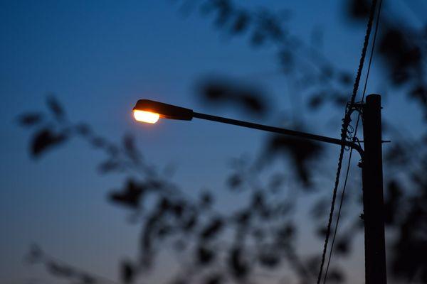 Éteindre l'éclairage public permettrait de réduire la facture d'électricité mais aussi la pollution lumineuse.