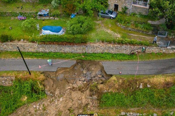 La route est coupée suite à un glissement de terrain à Saint-André-de-Majencoules. Un hameau est isolé.