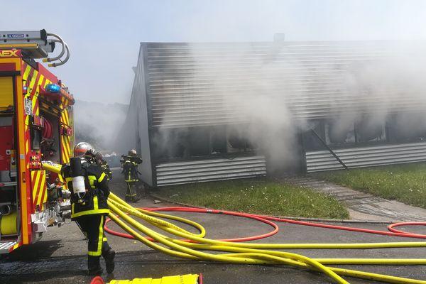 1 300 m² du site d'ICA de Sénarpont ont été détruits par les flammes.