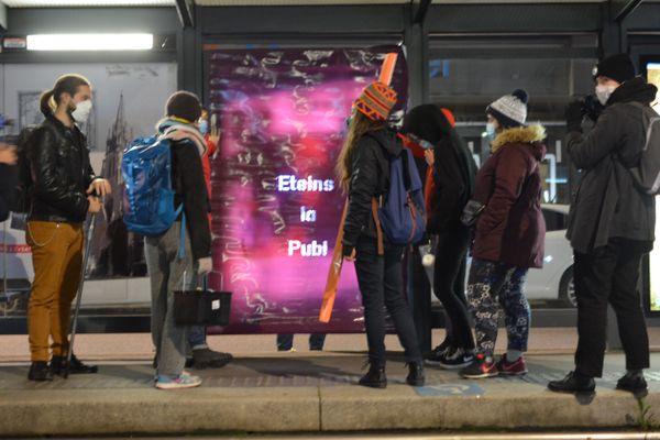 Ce groupe de militants a posé un filtre opaque sur une publicité lumineuse d'un abri de tramway.