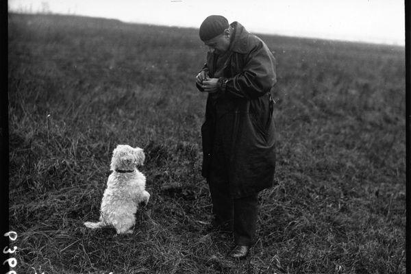 """Le pilote Pierre Debroutelle avec son chien mascotte """"Nanouk"""""""
