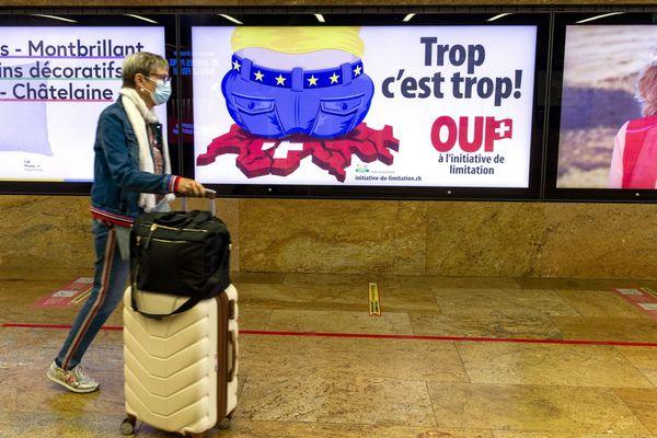 Une affiche pour la limitation de l'immigration dans le métro de Genève avant l'appel aux urnes, le 2 septembre.