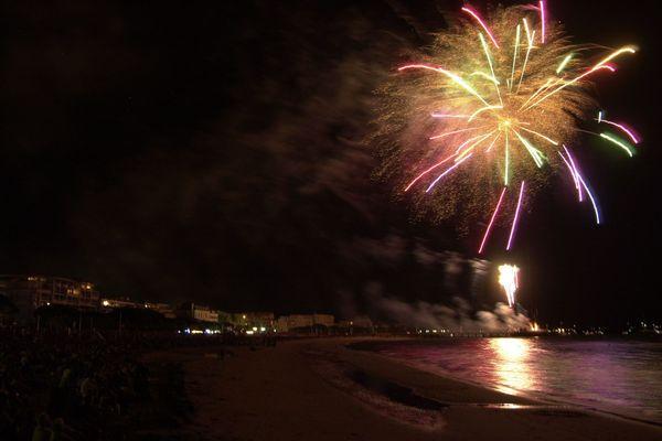 Un feu d'artifice sur la plage d'Arcachon.