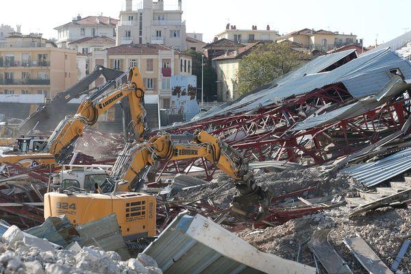 Les pelleteuses sont en action pour démolir ce stade mythique pour les Niçois.