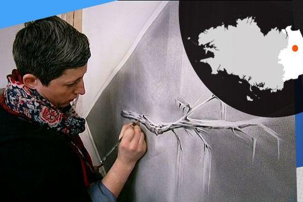 L'artiste Angélique Lecaille travaille sur le noir et blanc dans son atelier, à Rennes