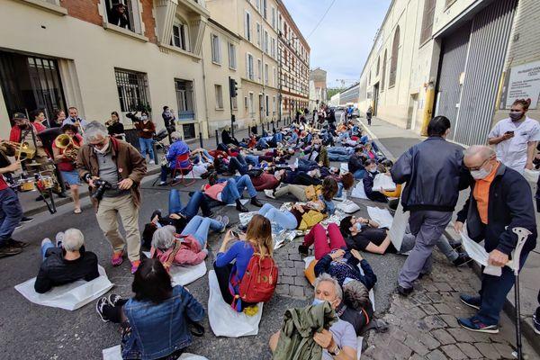 305 personnes se sont allongées dans la rue en signe de protestation. 305 comme le nombre de lits qui pourrait être supprimé en cas de fusion des 2 hôpitaux.