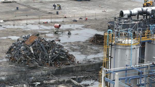 La zone incendiées de Lubrizol pendant son nettoyage