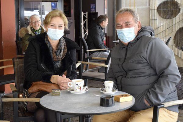 Avant de filer au travail, Catherine et Bernard savourent un café bien chaud.