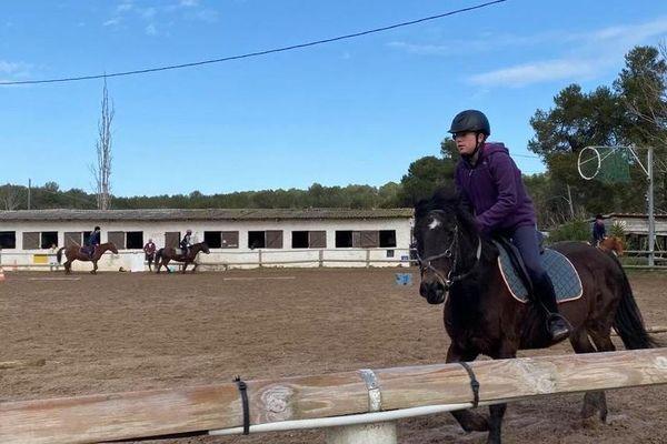 La pratique en club d'équitation pourra se faire, avec des groupes de moins de dix personnes, en extérieur. Photo d'avant le confinement à Mougins.