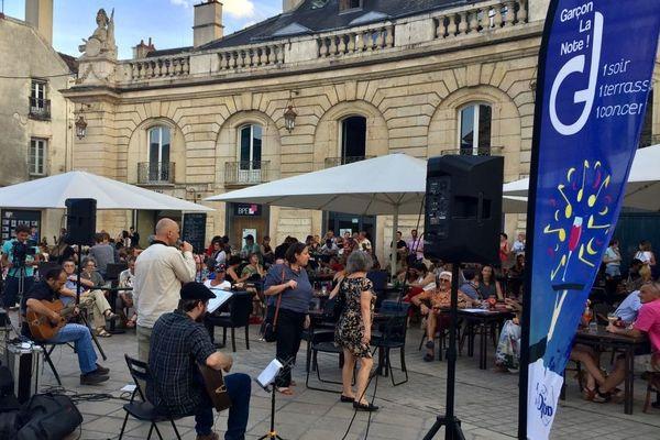 """Le festival """"Garçon la note"""" propose un concept qui fait mouche en été : 1 soir, 1 terrasse, 1 concert."""