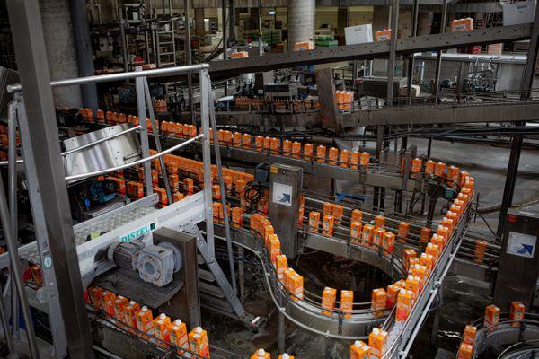 Le jus d'orange en provenance du Brésil est conditionné sur le site de Sarre-Union (Bas-Rhin)