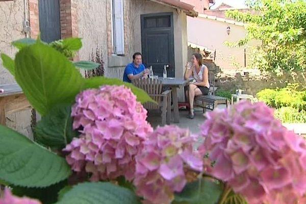 Ce couple d'Anglais vit à Carcassonne depuis plusieurs années. Ils apprécient le patrimoine et la gastronomie locale.