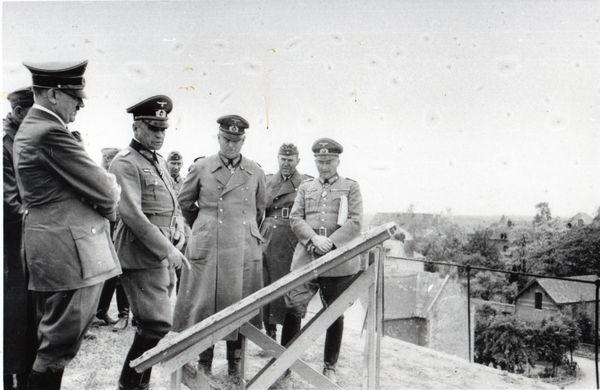 Hitler au sommet de la Tour d'Ostrevant, avec ses officiers, le 2 juin 1940.