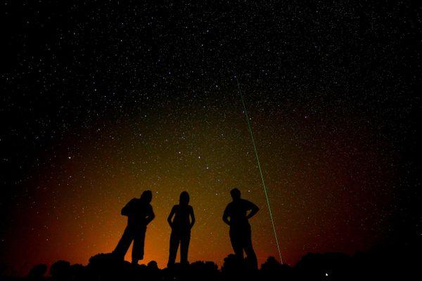 La nuit des étoiles filantes, entre le 17 juillet et le 26 août, avec un pic durant lequel elles sont particulièrement visibles et nombreuses durant la nuit du 12 au 13 août