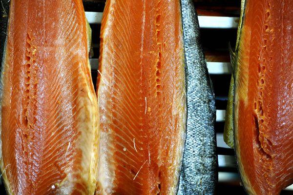 Plus que le traditionnel saumon, Claire et Vincent Moulin apprécient travailler des poissons et crustacés locaux, comme l'aiglefin ou la Saint-Jacques.