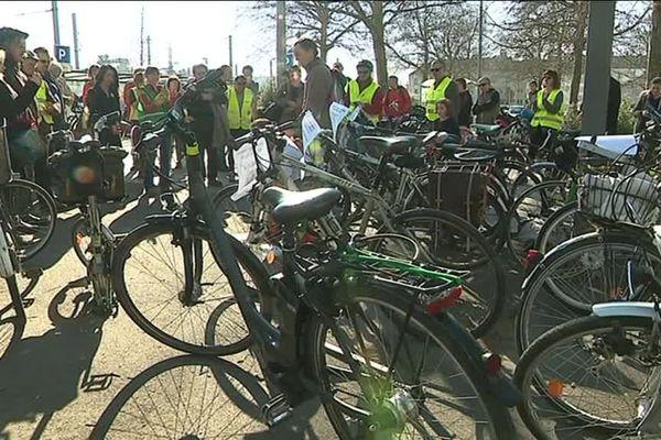Une trentaine de personnes représentant quelque 13 associations de cyclistes se sont réunies pour protester contre la diminution du nombre de places dédiées aux vélos dans les trains intra-régionaux normands.