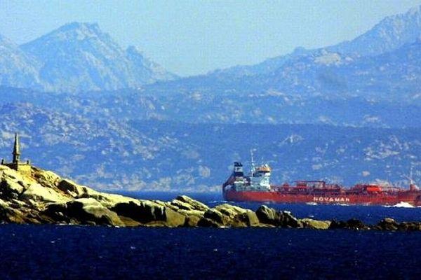 Bouches de Bonifacio - un chimiquier croisant au large entre la Corse et la Sardaigne
