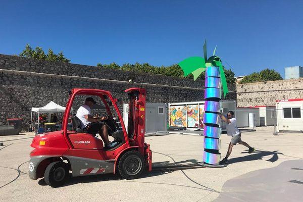 Antibes, Alexis Dandreis installe les palmiers qui entoureront le néon.