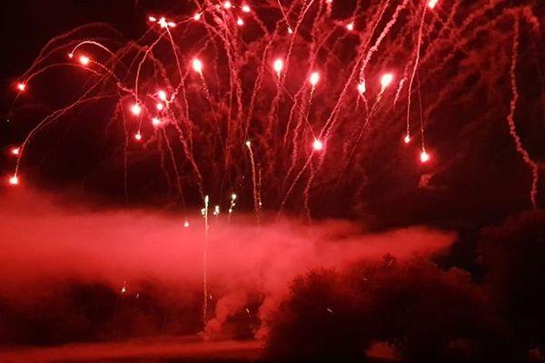 Le feu d'artifice de La Wantzenau, parfois coloré de la troisième teinte du drapeau tricolore.