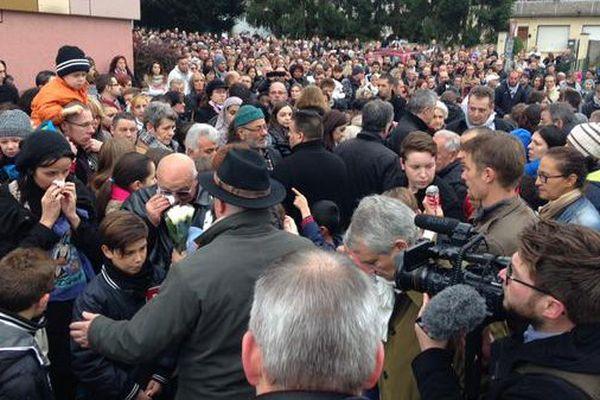 Près de 3000 personnes se sont rassemblées à l'endroit où le garçon a été poignardé.