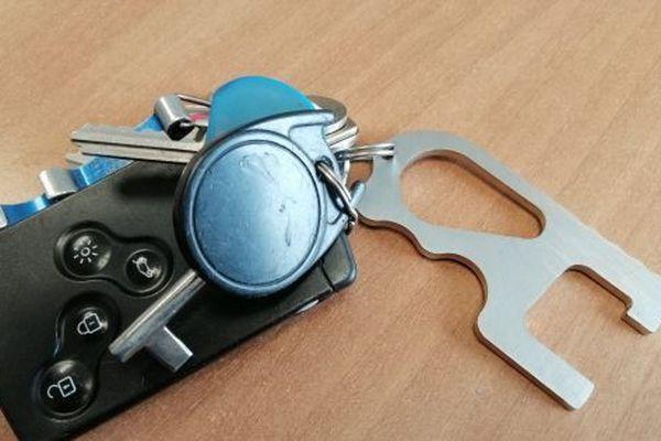 L'entreprise Oxymax basée à Sizun réalise des crochets en inox et en cuivre pour éviter de toucher interrupteurs et poignées de porte avec les mains