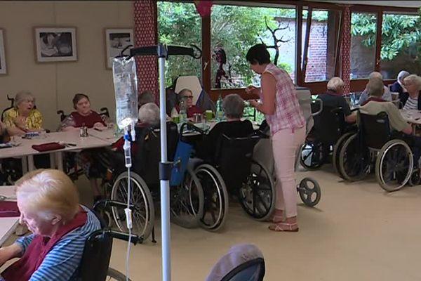 Distribution de médicaments, de repas : chaque tâche est chronométrée pour les aide-soignantes de cette maison de retraite de Buchy (76)