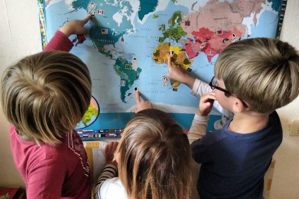 C'est de nouveau l'école à la maison pour ces élèves de moyenne section de Marseille. Les parents font des tours de garde pour s'en occuper. Pourtant personne n'est positif au covid dans leur classe.