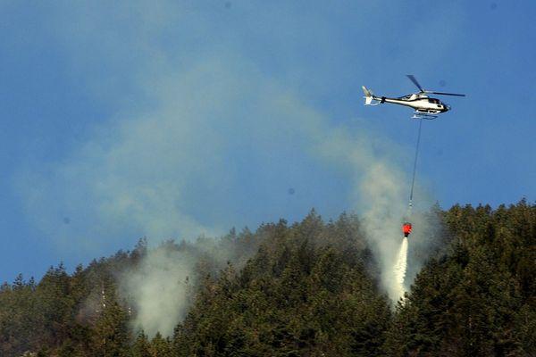 Intervention sur un incendie dans une forêt de la Drôme en mars 2012. L'hélicoptère bombardier d'eau est prépositionné préventivement sur le terrain dans le cadre du plan ALARME.