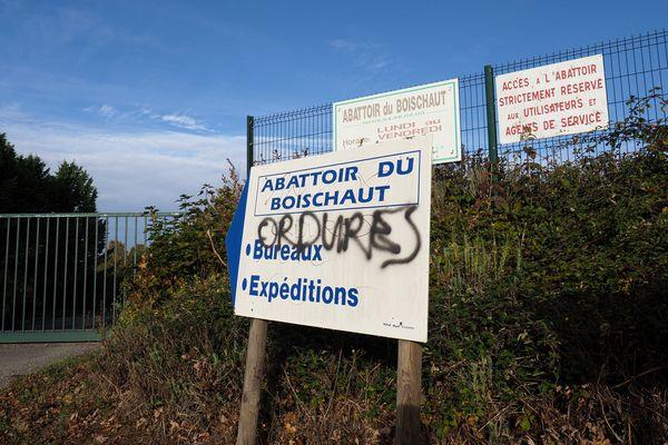 Des insultes sur l'écriteau indiquant l'entrée de l'abattoir de Boischaut (Indre).