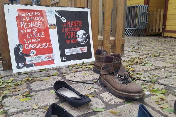 Des chaussures ont été rassemblées pour symboliser la marche annulée.