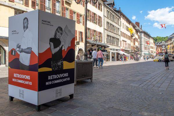 Des portraits de commerçants dans une rue de Chambéry.