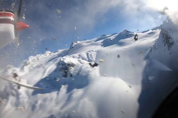 """25 janvier 2019, au dessus du glacier du Ruitor en Italie, le nez de l'avion du pilote français vient à peine d'entrer en collision avec le rotor de l'hélicoptère italien de la société d'héliski """"GMH: l'accident fera 7 victimes."""