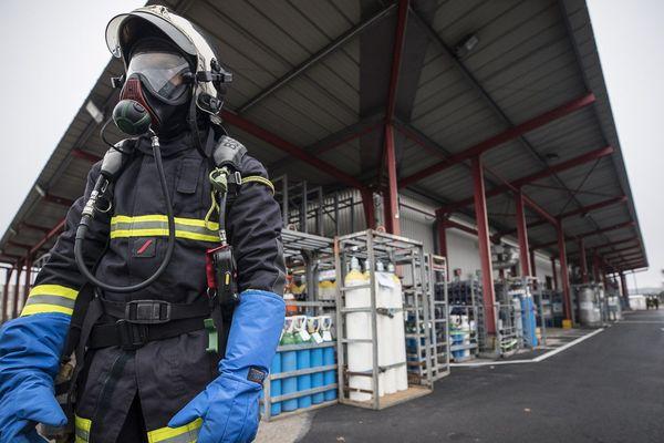 L'intervention de la Brigade des Sapeurs-Pompiers de Paris à Bonneuil-sur-Marne, après une fuite d'oxygène liquide dans un laboratoire pharmaceutique.