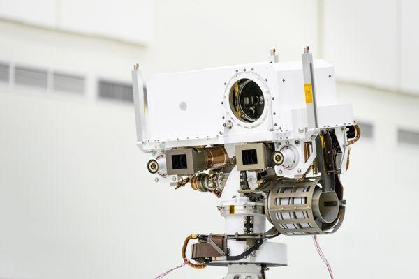 La SuperCam est perchée à deux mètres de hauteur, au-dessus du petit robot.
