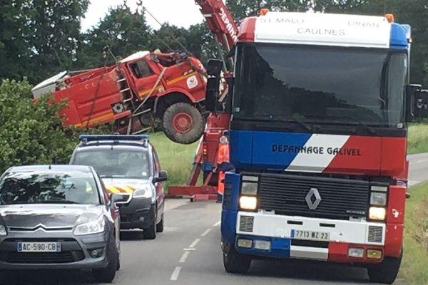 Évacuation du camion des deux pompiers décédés