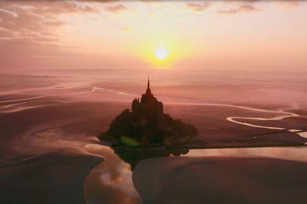 Le Mont Saint-Michel vu du ciel et en majesté, raconté par le chanteur Laurent Voulzy dans « Les Secrets de la belle endormie ».