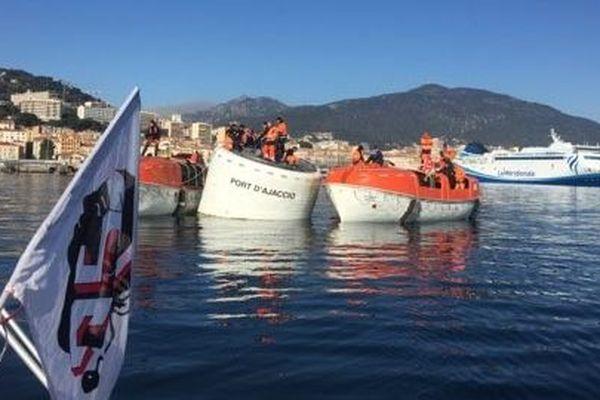 Des chaloupes bloquent l'entrée du port d'Ajaccio.