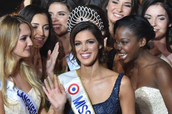 Iris Mittenaere (centre) est couronnée Miss France 2016 à Lille (Nord), le 19 décembre 2015.