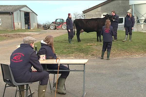 Ces 6 élèves et leur vache Inespérée représenteront le Lycée agricole de Thiérache à Paris.
