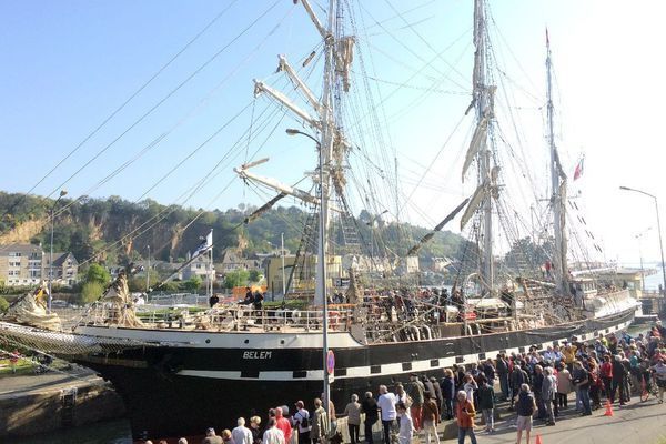 Le Bélem passe l'écluse, avant d'arriver au port du Légué à Saint-Brieuc
