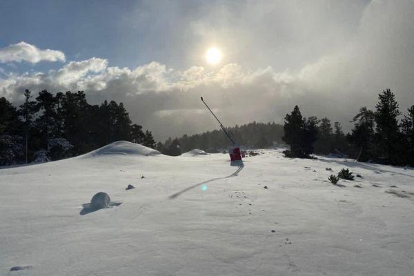 La neige est tombée drue ces derniers jours sur les pistes de la station des Angles, dans les Pyrénées. Elles resteront fermées pour les vacances de Noël.