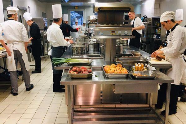 Les anciens et les nouveaux élèves réunis au lycée hôtelier Jean-Baptiste Siméon Chardin pour un repas caritatif