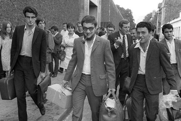 Alain Krivine, à gauche, secrétaire général des Jeunesses Communistes Révolutionnaires, et ses co-inculpés quittent la prison de la Santé le 23 août 1968 après leur mise en liberté provisoire. La JCR a été dissoute par décret gouvernemental à la suite des troubles de mai-juin 1968 et Krivine arrêté et emprisonné le 10 juillet.