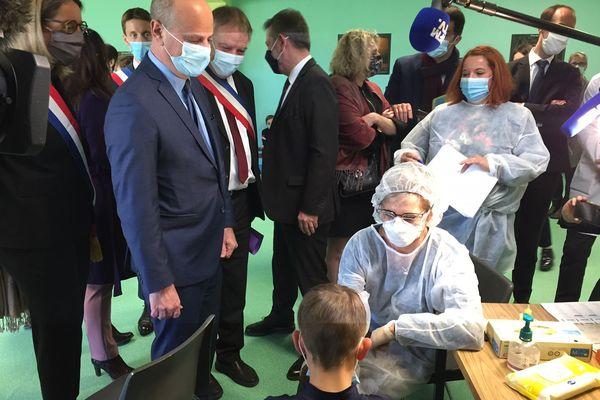 Jean-Michel Blanquer en visite dans une école de Haute-Saône où se déroulent des tests salivaires