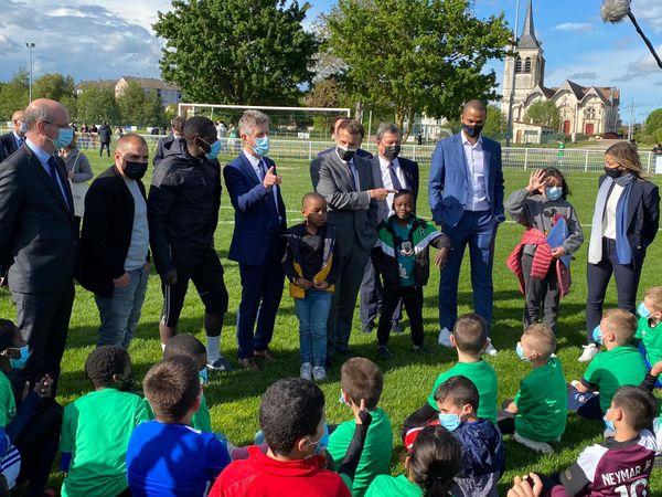 """""""Faites du sport"""", a lancé le président de la République, ce 19 mai aux enfants, accompagné de Tony Parker et de la footballeuse Laure Boulleau."""